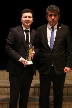 Ögrenci Katagorisiikincisi genç Yönetmen Aydın Necefov TDBFF Tertip Komitesi Başkanı Menderes Demirle